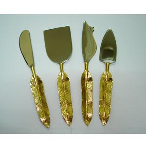 Juego de 4 accesorios para queso en dorado con mango diseño pluma de ave