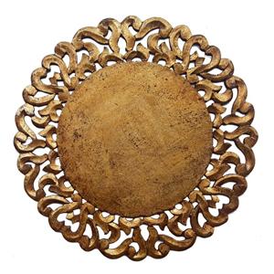 Plato de presentación de madera en color dorado con grecas a la orilla de 39x39x1cm