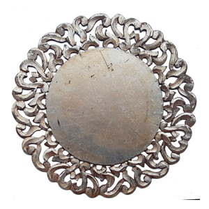 Plato de presentación de madera en color plata con grecas a la orilla de39x39x1cm