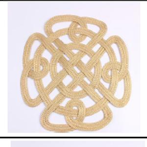 Mantel individual tejido en dorado