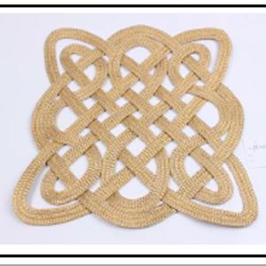 Mantel individual cuadrado tejido en dorado