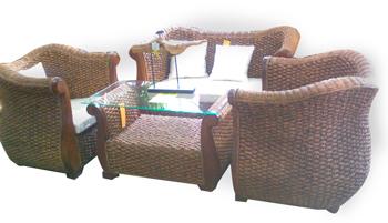 Sala moderna de teka con ratán incluye cojines y mesa de centro 1+2+1