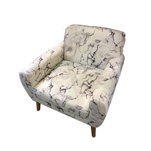 Sillon blanco de tela estampado marmol y patas de madera de 84x82x80.5cm