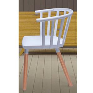 Silla de plástico blanca con respaldo calado y patas de plastico imitación madera
