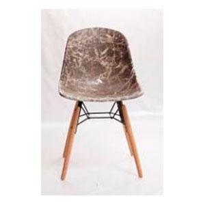 Silla de plastico café con patas imitacion madera de 53x86x45cm