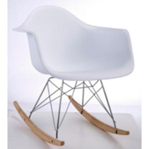 Silla mecedora blanca con patas imitación madera natural