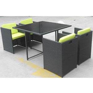 Mesa cuadrada con 4 sillas con descansabrazos de fibras plásticas café de 54x54x68114x114x73cm