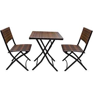 Mesa cuadrada y 2 sillas plegables tejida de  fibras plásticas cafés de 46x55x81/60x60x72cm