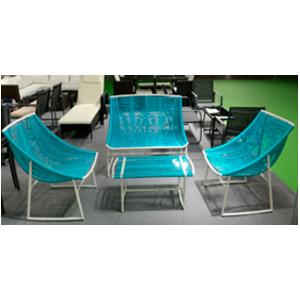 Sala estilo Acapluco de fibras plasticas azules con bases blancas y mesa de centro 1+2+1