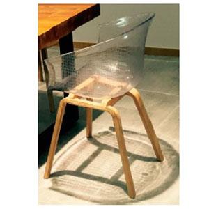 Silla de plastico transparente con base de madera color natural de 57x55x79cm