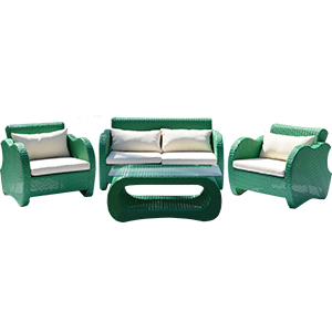 Sala de fibras plasticas en color verde con cojines beiges y mesa 2+1+1