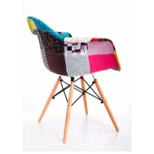 Silla de tela con descansabrazos diseño parches en tonos naranja y patas imitacion madera