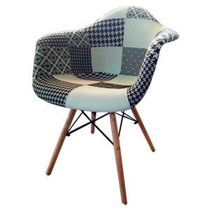 Silla de tela con descansabrazos diseño parches en tonos negros c/banco y patas imitacion madera
