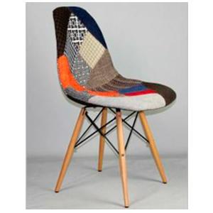 Silla de tela diseño parches en tonos naranja y patas imitacion madera