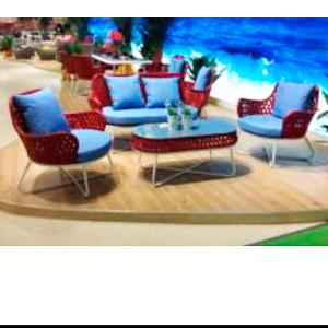 Sala de fibras plásticas rojo con cojines y mesa de centro con cristal de tubular 1+2+1