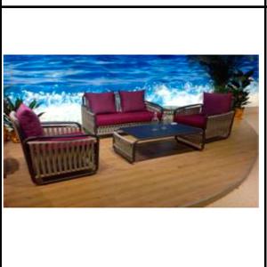Sala tipo bambú gris con cojines lila y mesa de centro con cristal 1+2+1