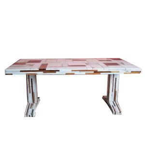 Mesa rectangular blanca de trozos de madera de