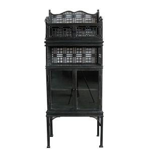 Mueble antiguo con puertas y entrepaños en color negro de