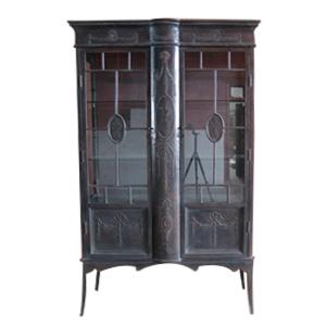 Vitrina terminado antiguo con grabado, puertas de cristal y entrepaños de 125x45x203cm