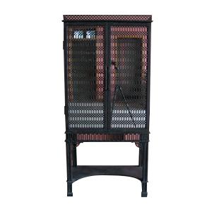 Mueble de madera negro con puertas caladas y espejos de