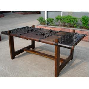 Mesa de madera con cubierta de remaches y superficie de cristal 180x92x72cm