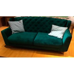 Sofá de terciopelo con respaldo capitoneado color verde con 2 cojines de 230x84x85cm