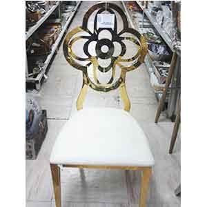 Silla de metal dorada forrada de polipiel blanco con respaldo diseño trebol de 55x48x112cm