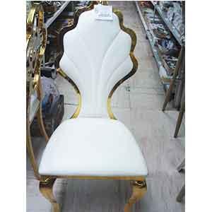 Silla de metal dorada forrada de polipiel blanco con respaldo calado de 50x106cm