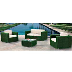 Sala forrada de pasto sintetico verde con cojines blacos  y mesa de centro 1+2+1