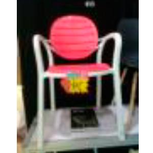 Silla de plastico c/descansabrazos y respaldo oval blanca con rojo de 57x58x84