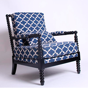 Sillón de madera con descansabrazos tapizado de tela diseño rombos azules de 73x85x94cm