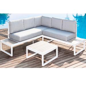 Sala esquinera para exteriores blanca con cojines grises y mesa 1+1+1