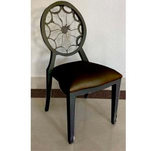 Silla de metal negra con respaldo diseño flor y asiento de polipiel de 94x49x57cm