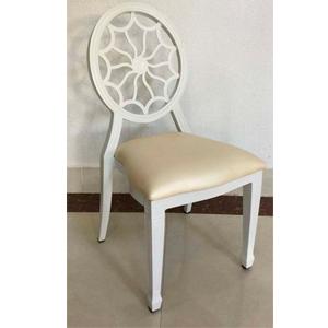 Silla de metal blanca con respaldo diseño flor y asiento de polipiel de 94x49x57cm