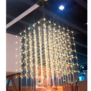 Lámpara de techo plateada con tubos de acrílico  diseño cubo y luces led de 102x102x102cm