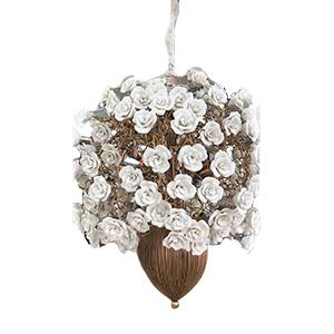 Candil de techo con base de metal y rosas blancas de porcelana con luz de 85x160cm