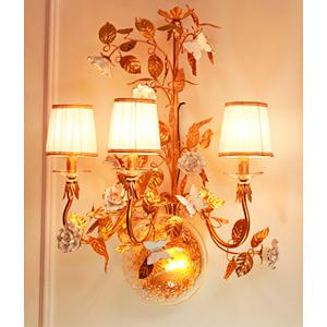 Lampara de pared diseño clasica para 3 focos con guias doradas y rosas blancas de 75x60x35cm