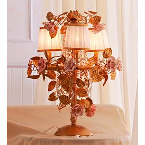 Lampara de mesa para 4 luces con cuentas de acilico guias y rosas blancas de 55x65cm