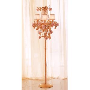 Lampara de piso para 4 luces con cuentas de acilico guias y rosas blancas de 63x180cm