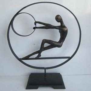 Escultura de mujer dentro de circulo