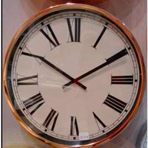Reloj redondo de metal color cobre con números romanos de 45x9cm
