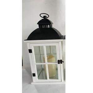Linterna de madera c/plastico blanca con vela y luz integrada usa 3 baterias triple A de 20x20x25cm