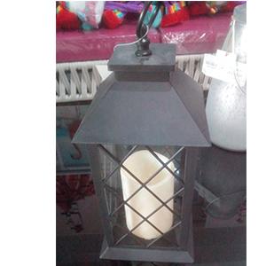 Linterna negra de plastico con vela y luz incluida (usa 3 baterias triple A)  de 15x15x31cm
