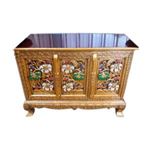 Cómoda de madera rectangular dorado con diseño de flores en las 3 puertas de