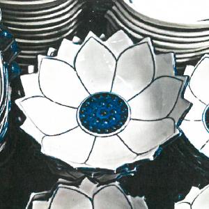 Bowl de cerámica blanca con líneas azules diseño flor
