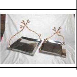 Charola cuadrada de metal con asa de ramas doradas de 31x31x33cm