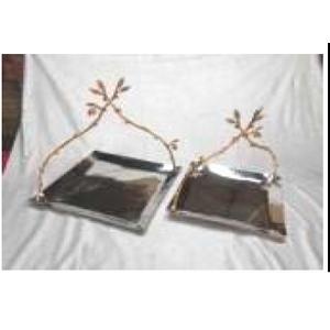 Charola cuadrada de metal con asa de ramas doradas de 27x27x27cm