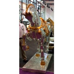 Caballo tapizado de espejos dorados y plateados de 294x80x220cm