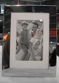 Portarretrato de metal plateado fondo blanco 9X13