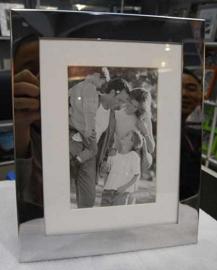 Portarretrato de metal plateado fondo blanco 10X15 cm